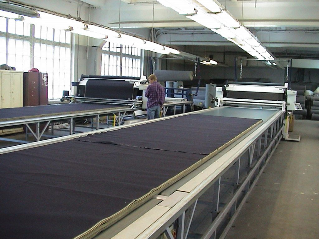 CUTTING TABLES WITH CONVEYOR